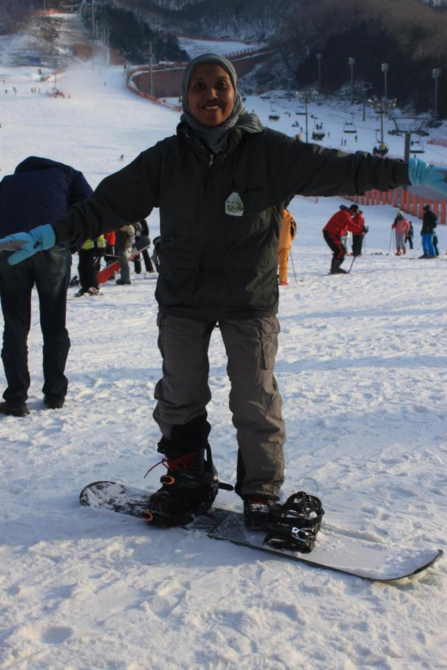 Teh Qonith, dia doang nih yg main snowboard,